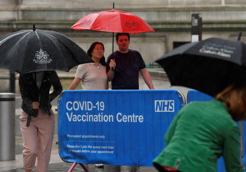Un grupo de personas ingresando a un centro de vacunación contra el COVID-19 en Londres, ciudad que intensificó la campaña vacunatoria frente a la expansión de la variante Delta, que representa el 95% de los nuevos casos - Jun 18, 2021. REUTERS/Toby Melville