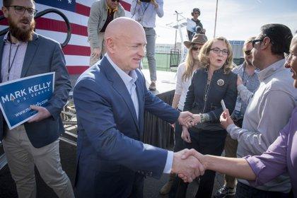 El demócrata Mark Kelly, nuevo senador por Arizona, junto a su esposa, la ex representante Gabrielle Gliffords (RICK D'ELIA / ZUMA PRESS / CONTACTOPHOTO)