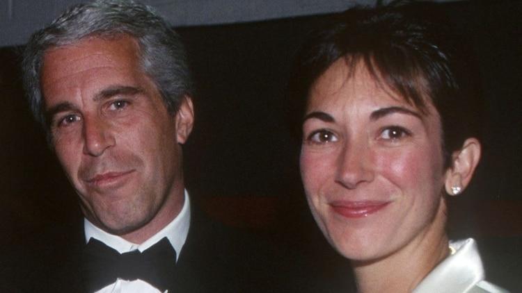 Jeffrey Epstein y Ghislaine Maxwell en 2005. Ella ayudó a administrar las casas de Epstein, facilitar sus relaciones sociales y reclutar masajistas