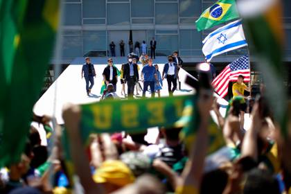Sin tapabocas, Bolsonaro participó de la protesta pero permaneció alejado de sus seguidores (REUTERS/Ueslei Marcelino)