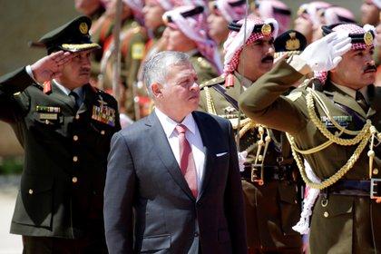 En la imagen un registro del rey Abdalá II de Jordania (c), en el Palacio Real de Ammán (Jordania). EFE/Andre Pain/Archivo