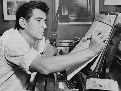 """""""Yo no quiero ser como Toscanini que se pasó la vida estudiando y perfeccionando 50 obras. Me moriría del aburrimiento. Yo quiero dirigir. Tocar el piano. Escribir para Hollywood"""", decía Leonard Bernstein (The Grosby Group)"""