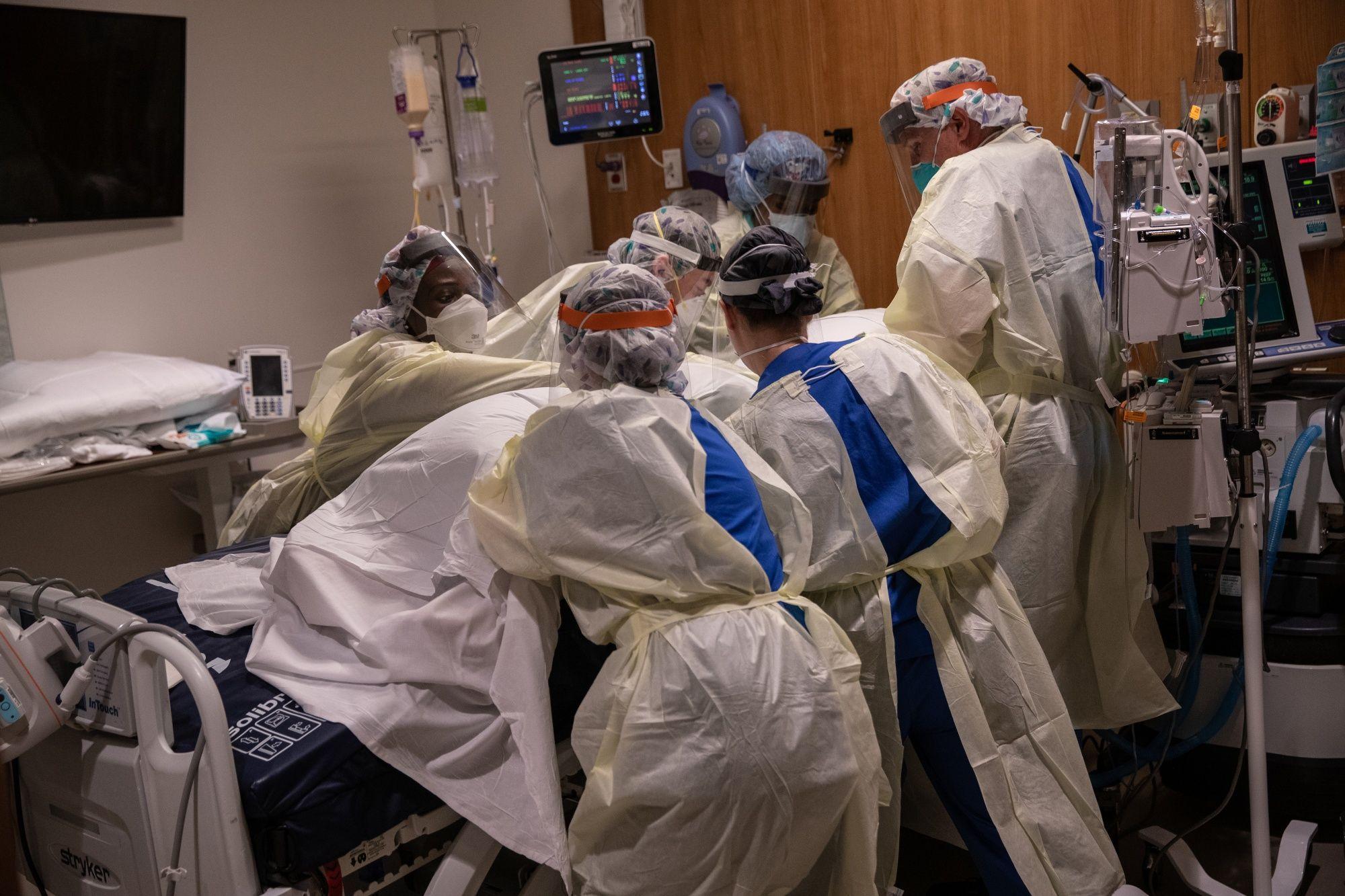Los profesionales médicos atienden a un paciente con coronavirus en un hospital de Stamford, Connecticut, el 24 de abril.