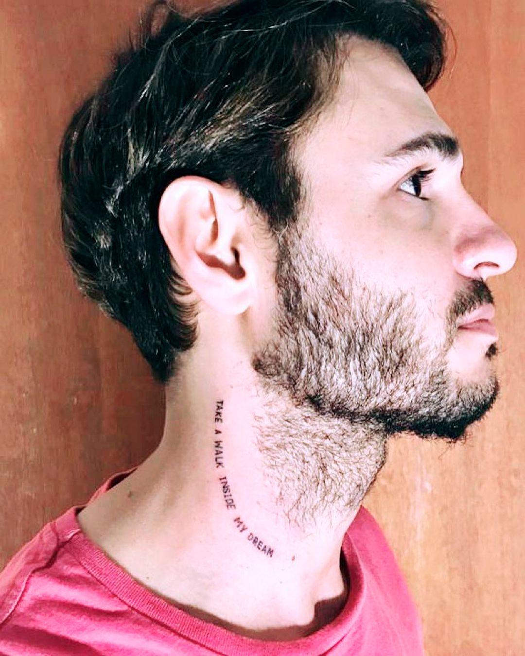 Tomás mostrando su tatuaje con una frase de Roxette