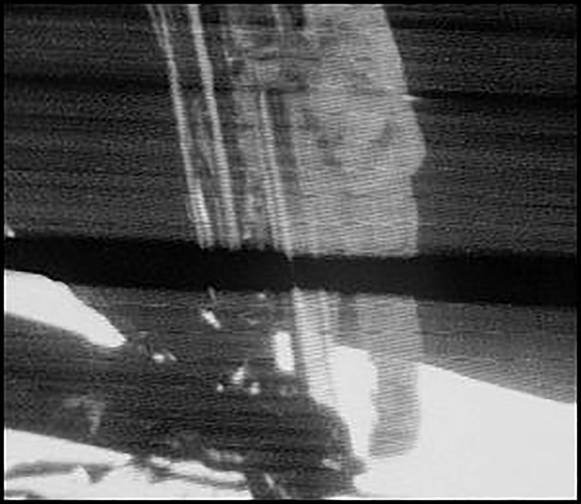 El momento en que Neil Armstrong pisó la luna fue captado por una cámara que iba adosada en un costado de la cápsula lunar. La calidad de la transmisión en blanco y negro era pobre, pero suficiente para dar claro testimonio del momento histórico