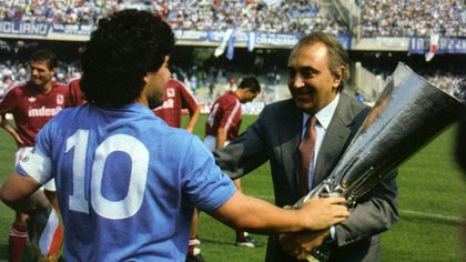 Con el trofeo de la UEFA