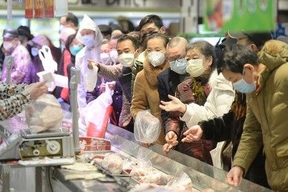Un problema central son los mercados de alimentos como el de Wuhan: casi el 70% de todos los agentes patógenos identificados en los últimos 50 años son de origen animal. (China Daily via REUTERS)
