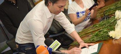 Daniel Quintero, alcalde de Medellín, firmando el convenio para prohibir las corridas de toros en la ciudad.
