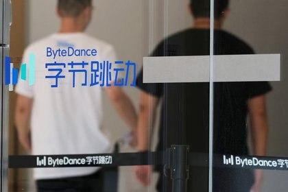 Imagen de archivo de gente caminando frente al logo de Bytedance, la compañía con sede en China que es dueña de la aplicación de videos cortos TikTok, o Douyin, en sus oficinas en Pekín, China. 7 de julio, 2020. REUTERS/Thomas Suen/Archivo