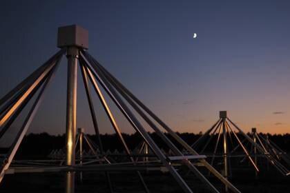 NenuFAR, es un instrumento que se suma al parque de radiotelescopios de nueva generación que sondean las bajas frecuencias, un ámbito todavía poco explorado pero que genera grandes expectativas entre los científicos (Photo by GUILLAUME SOUVANT / AFP)