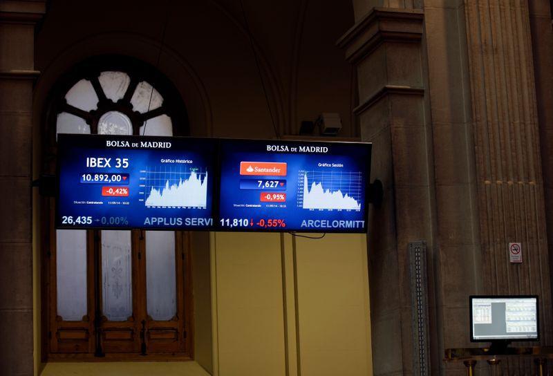 FOTO DE ARCHIVO: Pantallas con datos de cotización en la Bolsa de Madrid, el 11 de septiembre de 2014. REUTERS/Andrea Comas