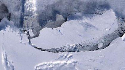 Imagen satelital del iceberg A-68, el más grande del mundo con más de 8 mil km2 (AFP)