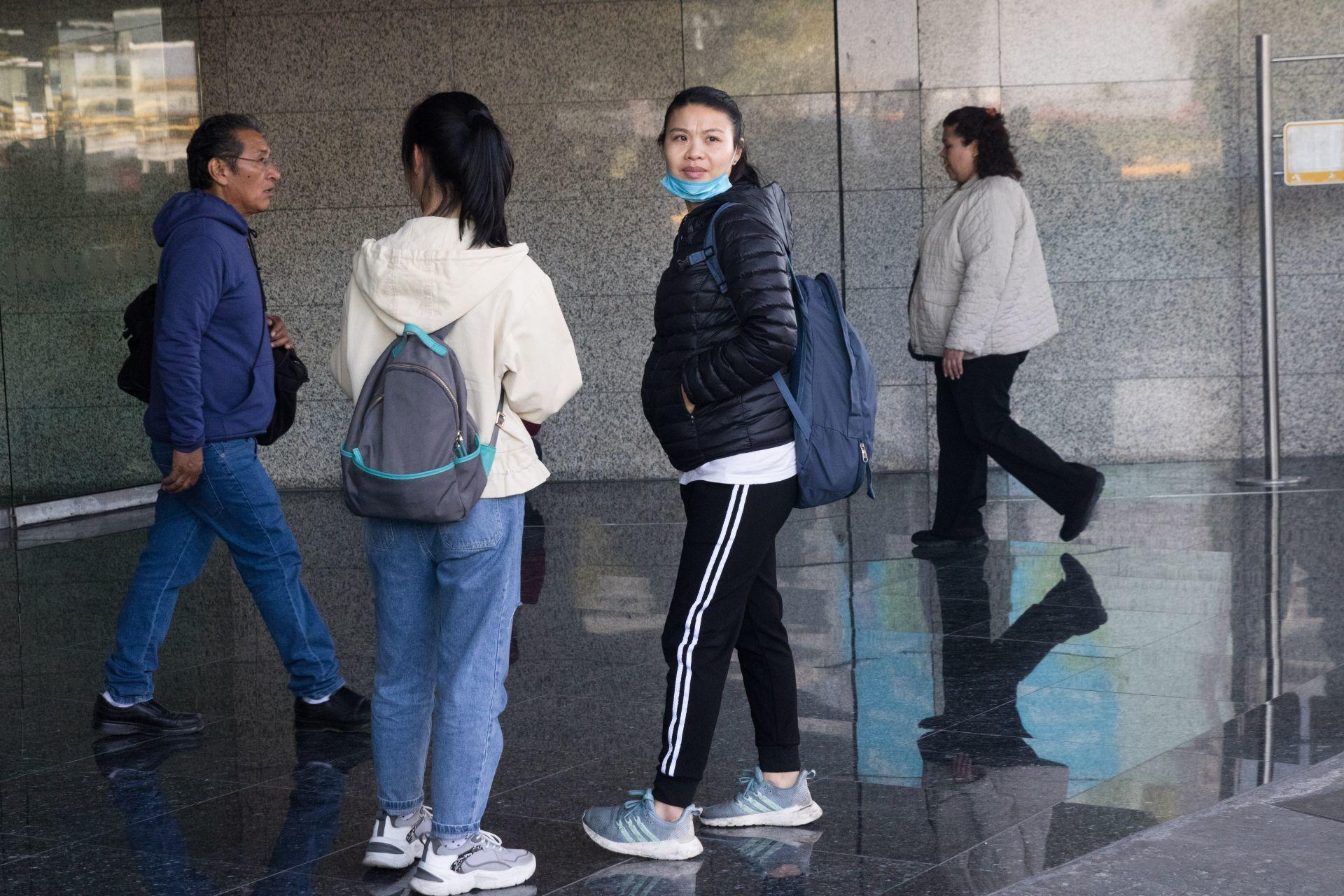 Una mujer de origen asiático en una de las entradas del la T1 del Aeropuerto Internacional de la Ciudad de México (Foto: Cuartoscuro)