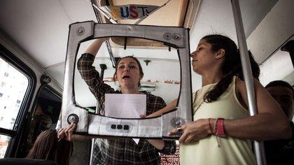 Bus TV, una iniciativa en la que los periodistas suben al transporte público a contar las noticias (fotos: Guillermo Suárez)