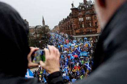 Des manifestants défilent avec divers drapeaux sur un carrefour routier lors d'une marche All Under One Banner (AUOB) pour l'indépendance écossaise à Glasgow, en Écosse, le samedi 11 janvier 2020. All Under One Banner vise à unifier les militants indépendants dans toute l'Écosse et à élever le profil de la nécessité d'une Écosse indépendante.