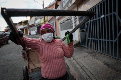 Jacikeila Alves do Nascimento, de 36 años, recorriendo las calles de San Pablo buscando basura que pueda ser reciclada. EFE/Fernando Bizerra