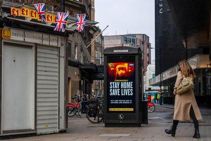 Una mujer camina en una desierta Oxford Street en Londres (Bloomberg)