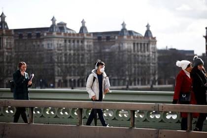 Foto del lunes de un hombre caminando por Londres con una máscara por el brote de coronavirus.  Mar 2, 2020. REUTERS/Henry Nicholls