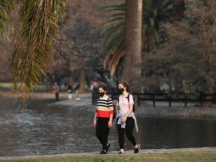 Foto de archivo - Mujeres disfrutan el día en medio de restricciones de cuarentena impuestas por el coronavirus (COVID-19) en Buenos Aires, lo que también afecta a los mercados financieros en Argentina. July 20, 2020. REUTERS/Agustin Marcarian