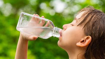 Ante las posibles olas de calor que acompañen febrero, se recomienda a la población mantenerse bien hidratada, especialmente niños, lactantes y adultos mayores (Foto: Shutterstock)
