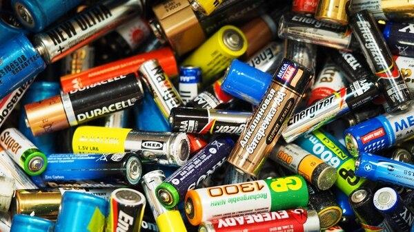 Los adultos deben cambiar las pilas y alejarlas de los más chicos, debido a que pueden ser un arma mortal (Getty Images)