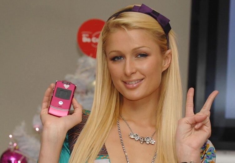 Paris Hilton y su Razr rosa