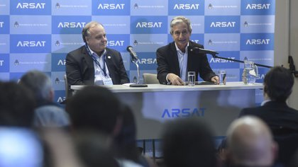 Andrés Ibarra junto con el vicepresidente de ARSAT, Raúl Martínez en la Estación Terrenea Benavidez de la empresa estatal