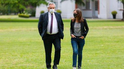 El presidente Alberto Fernández y la titular de la Anses, Fernanda Raverta, La agencia previsional es la encargada de los pagos.