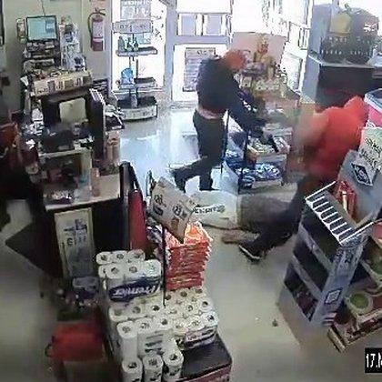 La víctima agonizaba en el suelo, cuando sus agresores lo remataron de varios disparos (Foto: Captura de pantalla)