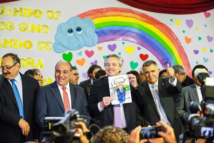 Alberto Fernández en una reciente visita a Tucumán, con el gobernador Manzur a su lado.
