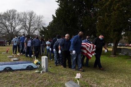 Uno de los tantos funerales por muertos por COVID-19 en EEUU  REUTERS/Callaghan O'Hare