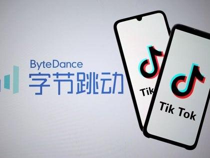 """FOTO DE ARCHIVO: El logotipo de TikTok en las pantallas de dos teléfonos móviles sobre una proyección del logotipo de la empresa propietaria de la """"app"""", ByteDance, en esta fotografía de ilustración tomada el 27 de noviembre de 2019. REUTERS/Dado Ruvic"""