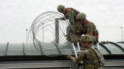 La seguridad en la frontera fue reforzada y ya alcanza los 15 mil efectivos (AFP)