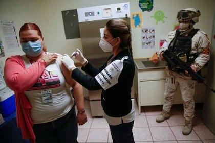 Personas integrantes de brigadas masivas de vacunación recibirán vacuna en la primera etapa (Foto: José Luis González/Reuters)