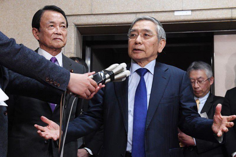 El ministro de Finanzas Taro Aso (a la izquierda) y el gobernador del  Banco de Japón  Haruhiko Kuroda hablan con los medios después de una conferencia telefónica entre los ministros de Finanzas del G20. Tokio, 23 de marzo 2020.    ( The Yomiuri Shimbun )