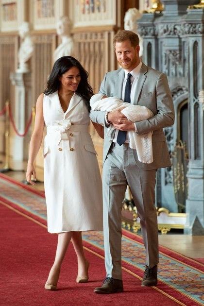 Los duques de Sussex con su hijo Archie, nacido el lunes 6 de mayo, que pesó 3,260 kg