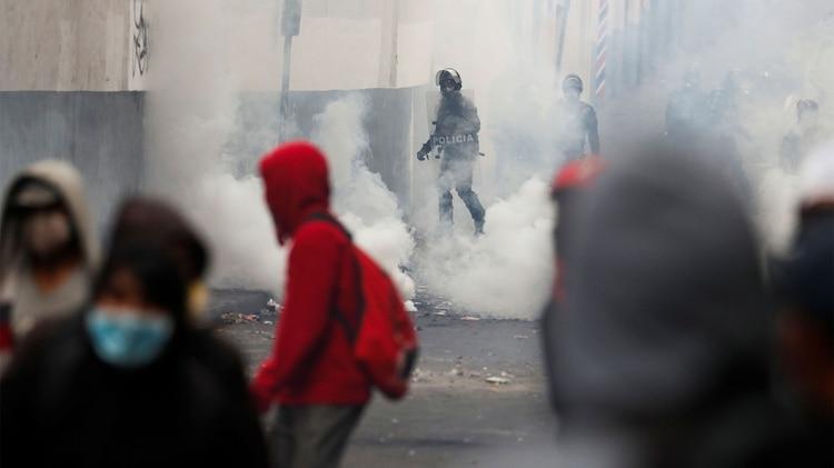 Choques entre la policía y los manifestantes durante las protestas de este martes en Quito. REUTERS/Carlos Garcia Rawlins