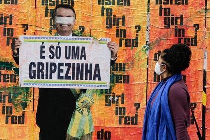 Un mural en la Avenida Paulista muestra a los transeúntes una de las supuestas frases del presidente Jair Bolsonaro sobre la pandemia