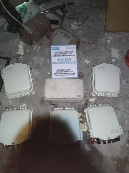 Algunas cajas eléctricas que se encontraban en poder del único detenido