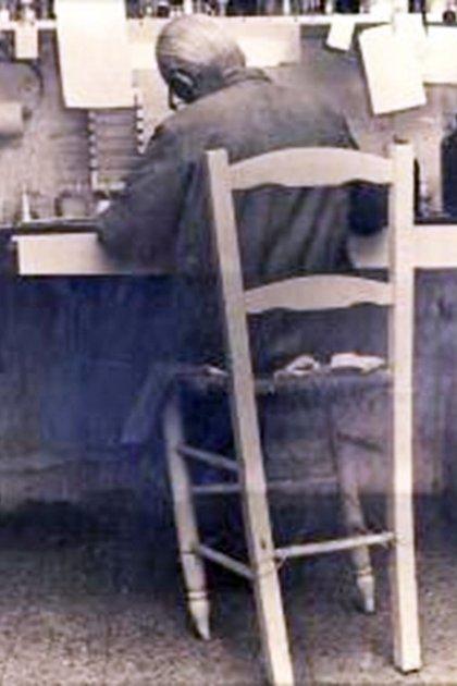La desvencijada silla de paja en la que investigaba Leloir