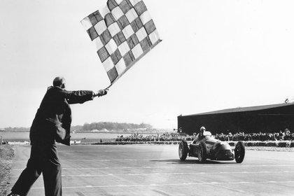 Giuseppe Farina recibe la bandera de cuadros y gana la primera carrera en la historia de la Fórmula 1.
