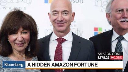 Jeff Bezos posa junto a sus padres Jackie y Mike Bezos, que se calcula tienen una fortuna de miles de millones de dólares (Bloomberg)