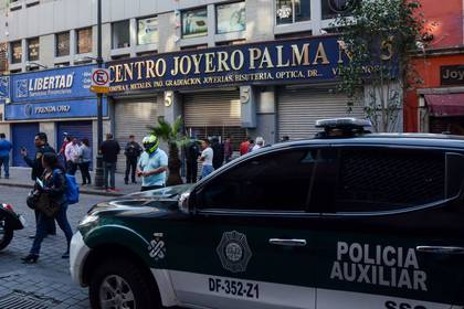 Un grupo de por lo menos 20 sujetos entraron a robar al centro joyero, donde alrededor de 8 locales fueron saqueados, esto en la calle de palma número 5 en la colonia Centro de la alcaldía de Cuauhtémoc.  (FOTO: ARMANDO MONROY /CUARTOSCURO)