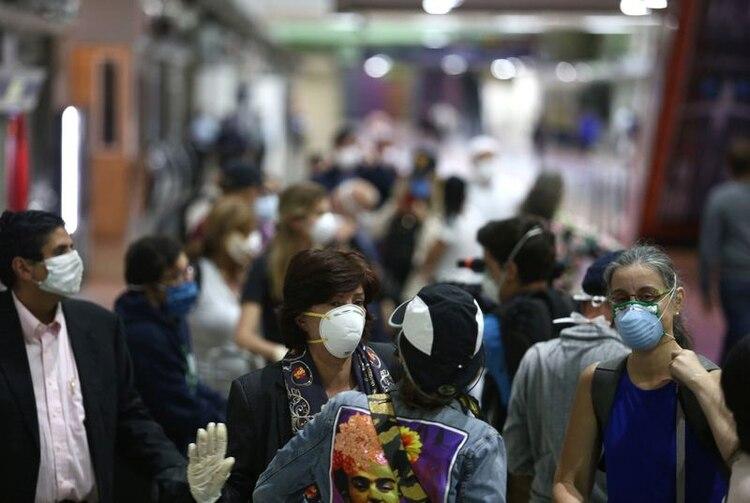 Venezolanos con máscaras en Caracas (REUTERS / Fausto Torrealba)