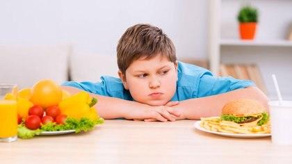 Hay que intentar dejar de lado ciertos mitos, como las dietas restrictivas, ya que no hacen más que crear barreras entre las personas (Istock)
