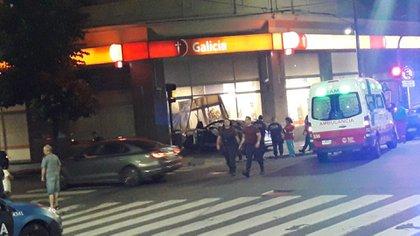 El VW Vento quedó incrustado en la entrada a la zona de los cajeros automáticos (@AlertasTransito)