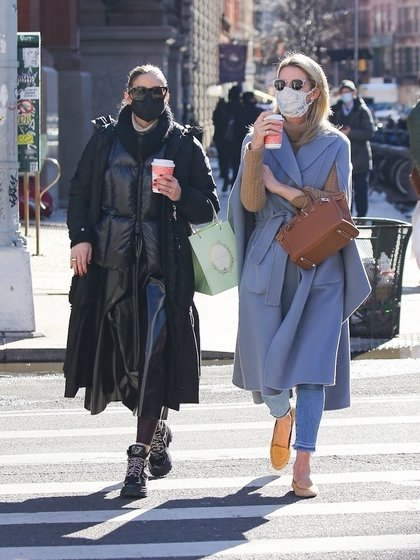 Las mejores amigas Olivia Palermo y Nicky Hilton fueron vistas caminando por las calles de Nueva York, café en mano