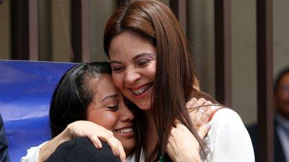 Evelyn Hernández y su abogada, Bertha María Deleón (reuters)