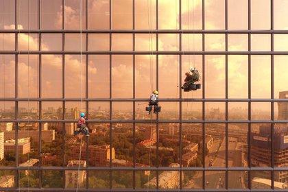 """""""Amanecer en la Torre de Mercurio"""". """"Vi a los trabajadores y me gustó cómo se veían desde esa perspectiva. Parecían lavar la ciudad en sí, no solo las ventanas del edificio"""", dijo el ruso Alexey Goncharov, autor de la foto"""