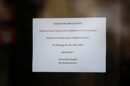 """Un letrero en el ayuntamiento de Gangelt indica """"cerrado por coronavirus hasta el 2 de marzo de 2020"""" en Gangelt, Alemania, el 28 de febrero de 2020 (REUTERS/Wolfgang Rattay)"""